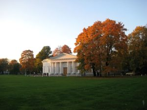 800px-St._Petersburg._The_palace_and_park_complex_on_the_island_Yelagin._Kitchen_Building._architect._Rossi._Late_autumn.